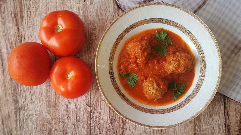 כדורי בשר ברוטב עגבניות רציצות ברוטב אדום