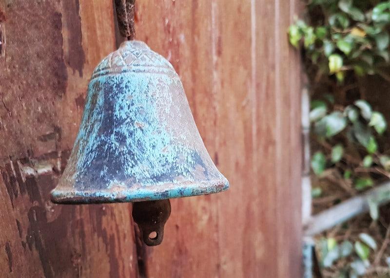 פעמון ישן פעמון מתקלף עץ וחלודה