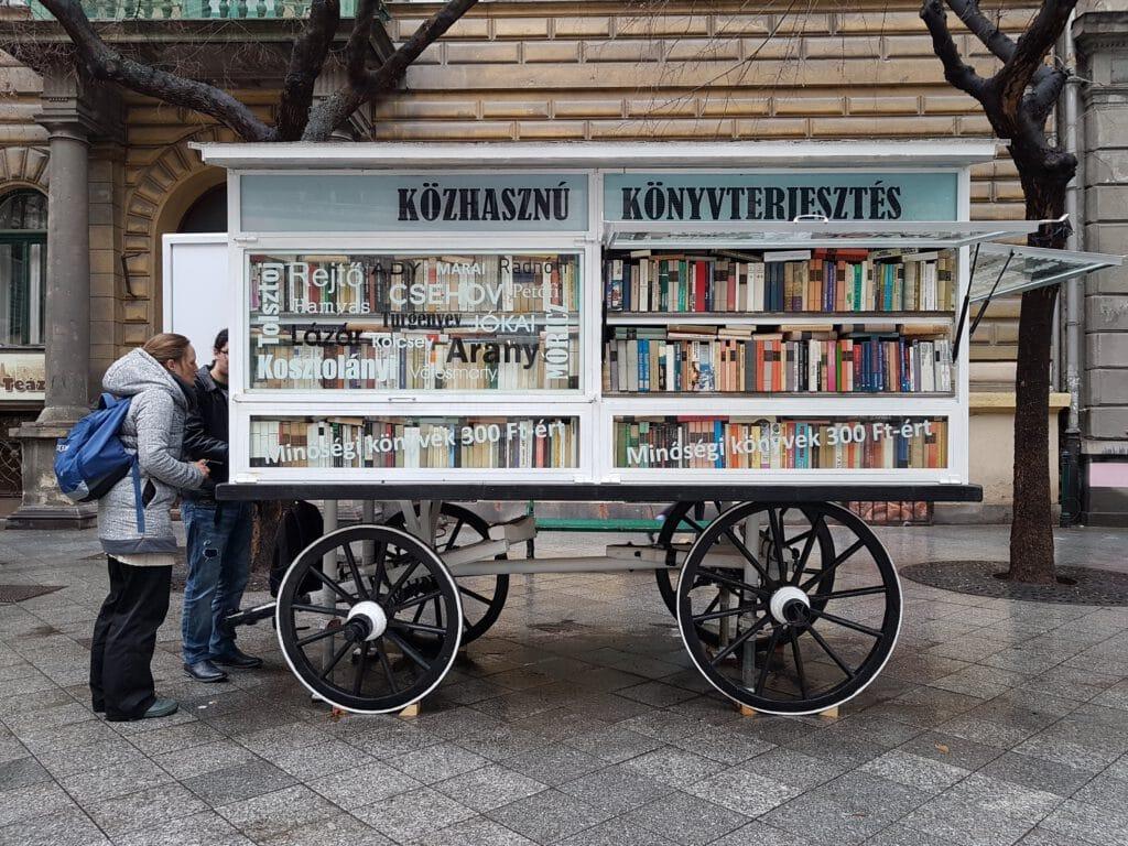 עגלת ספרים, ספרייה ניידת ברחוב בבודפשט, הונגריה